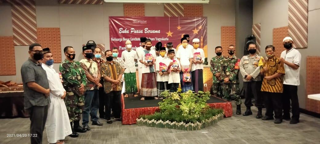 Buka bersama tokoh masyarakat Kelurahan Kotabaru dengan yatim piatu di Hotel Fave Kotabaru